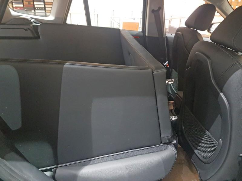hundetransport kofferraum hund bmw x1 r ckansicht umgelegt. Black Bedroom Furniture Sets. Home Design Ideas
