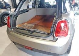 Hundetransport Kofferraum Hund Mini umgelegt