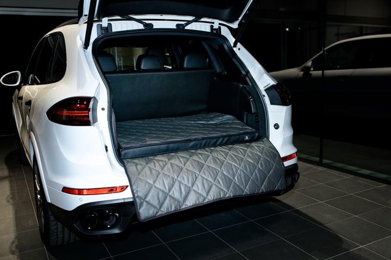 hundetransport kofferraum porsche cayenne hund ausbau. Black Bedroom Furniture Sets. Home Design Ideas